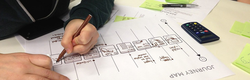 Service Design: iemand vult een journey map in
